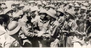 Fidel Castro reunido con combatientes vietnamitas